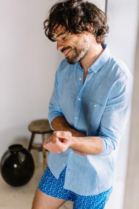 Homme portant une chemise Mixed Blue 2