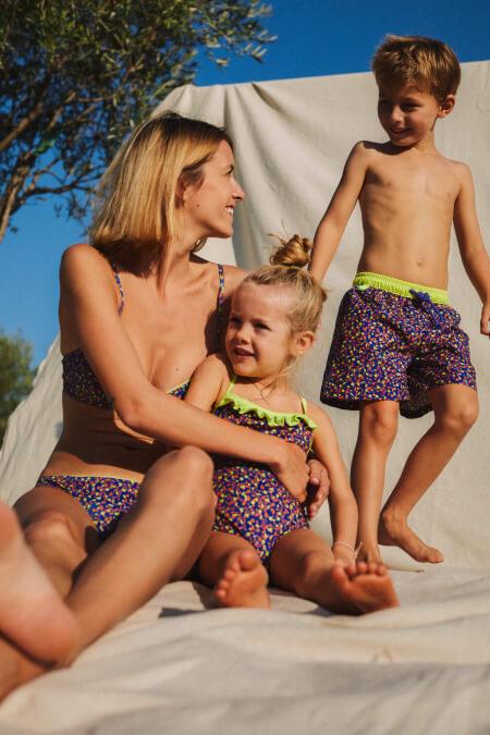 mère fille et fils assortis en maillot de bain graffiti