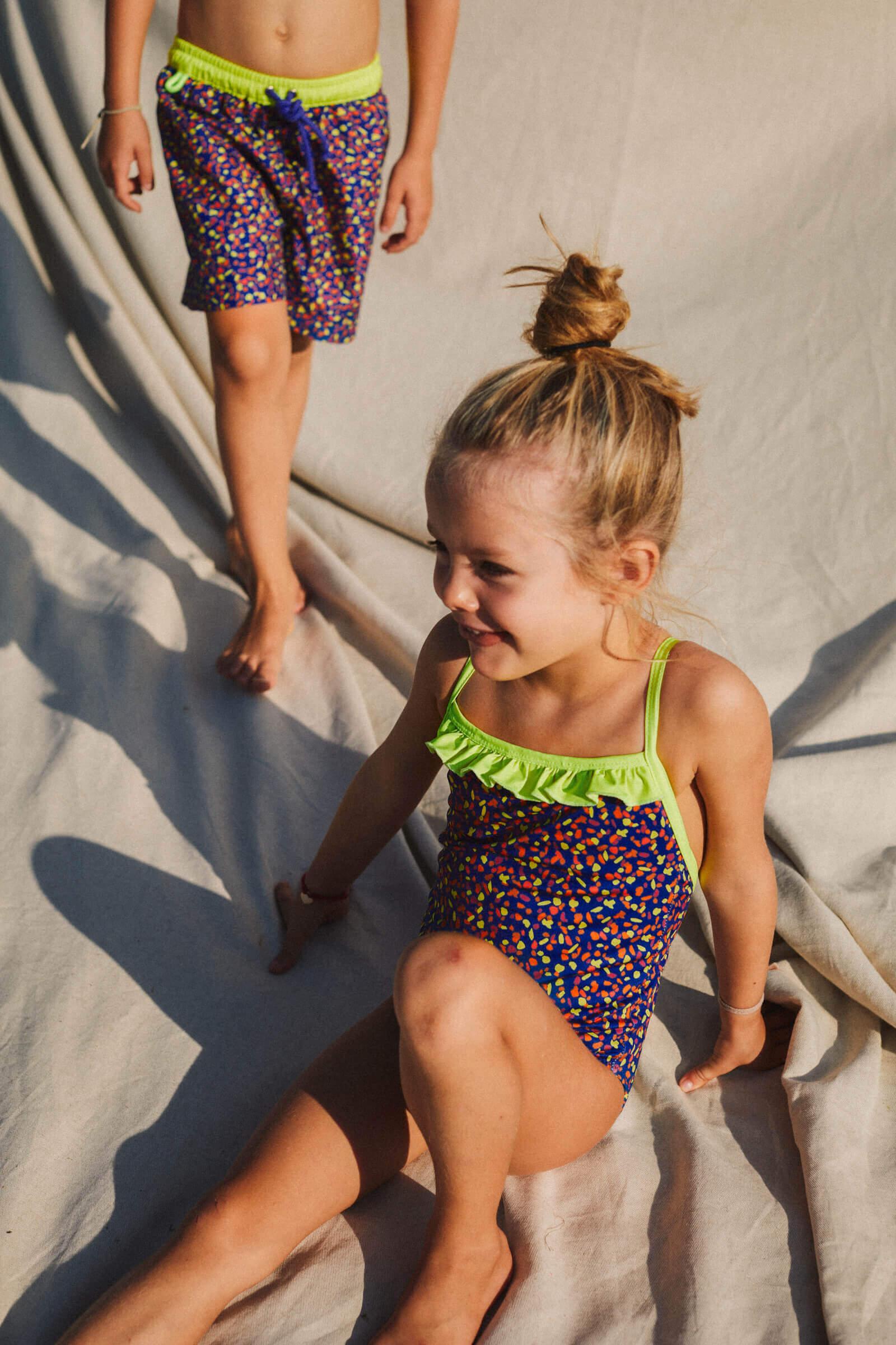 Petite fille portant un maillot de bain une-pièce Java graffiti