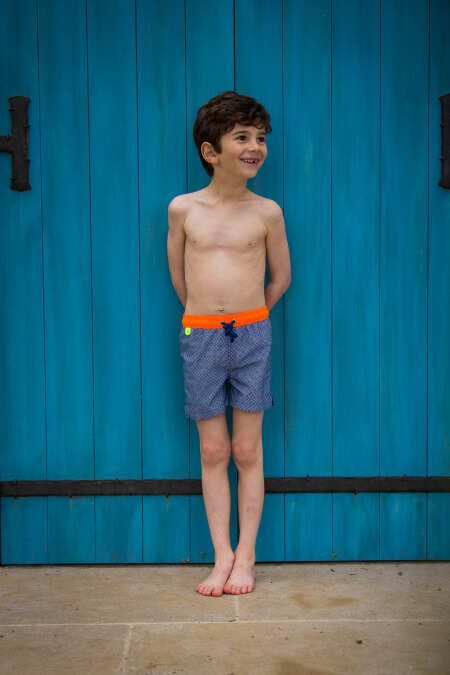 Boy wearing a swimsuit with buttoned belt Meno Navy Pop Azulejos