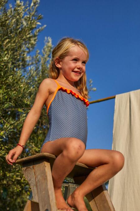 Petite fille portant un maillot de bain une-pièce Java Navy Pop Azulejos
