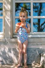 Petite fille portant un maillot de bain une-pièce Java Screech
