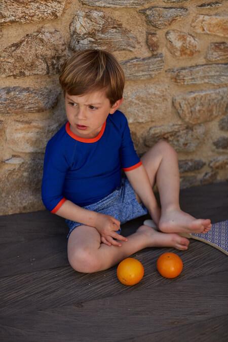 Petit garçon portant un Top Anti-UV Plain Blue