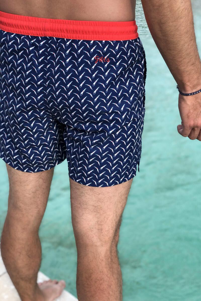 Homme portant un maillot de bain à ceinture élastique Le Plongeur