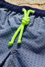 Garçon portant un maillot de bain à ceinture élastique Meno Navy Azulejos