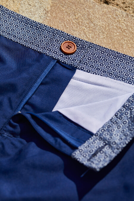 Homme portant un maillot de bain à ceinture boutonnée Intense Blue