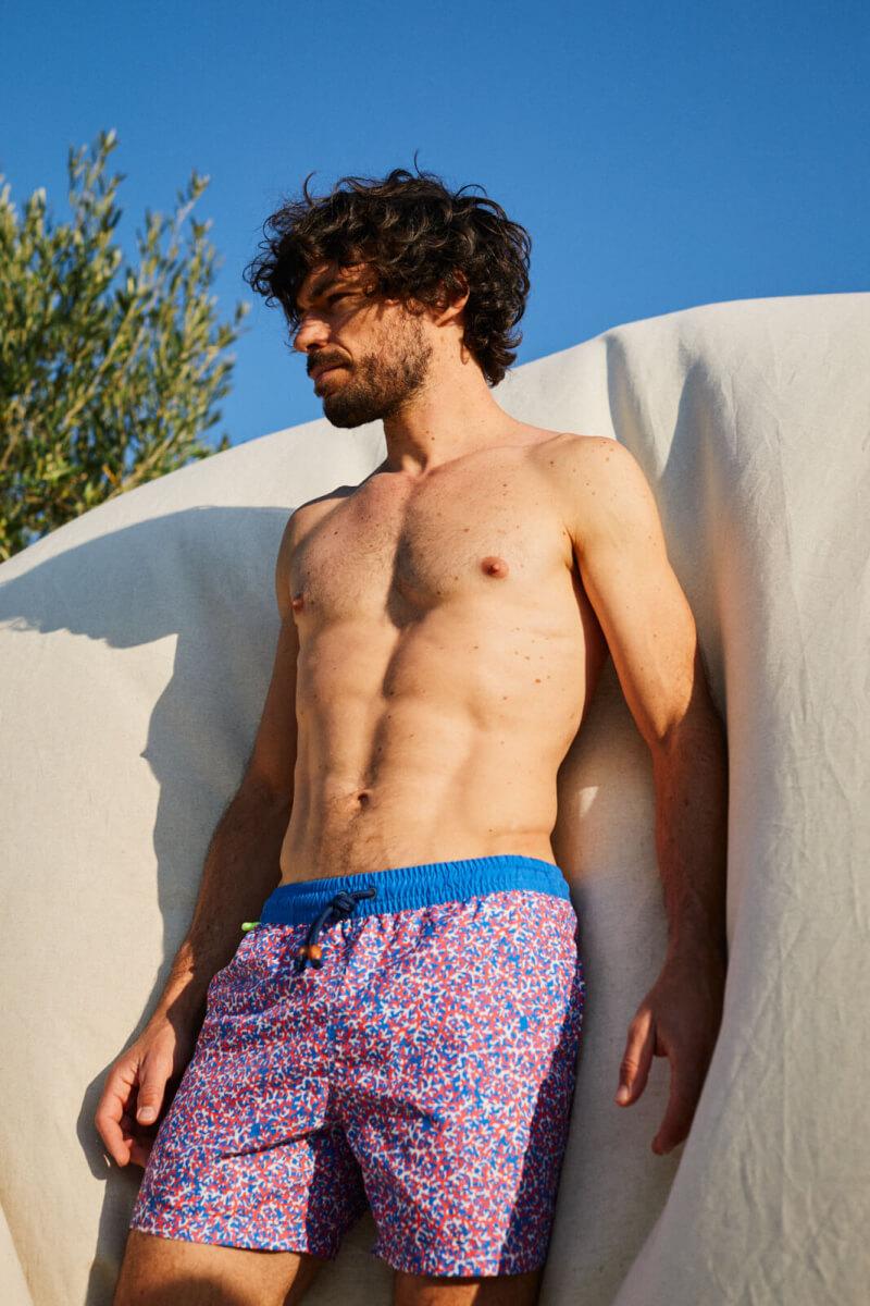 Homme portant un maillot de bain à ceinture élastique Pink Reef