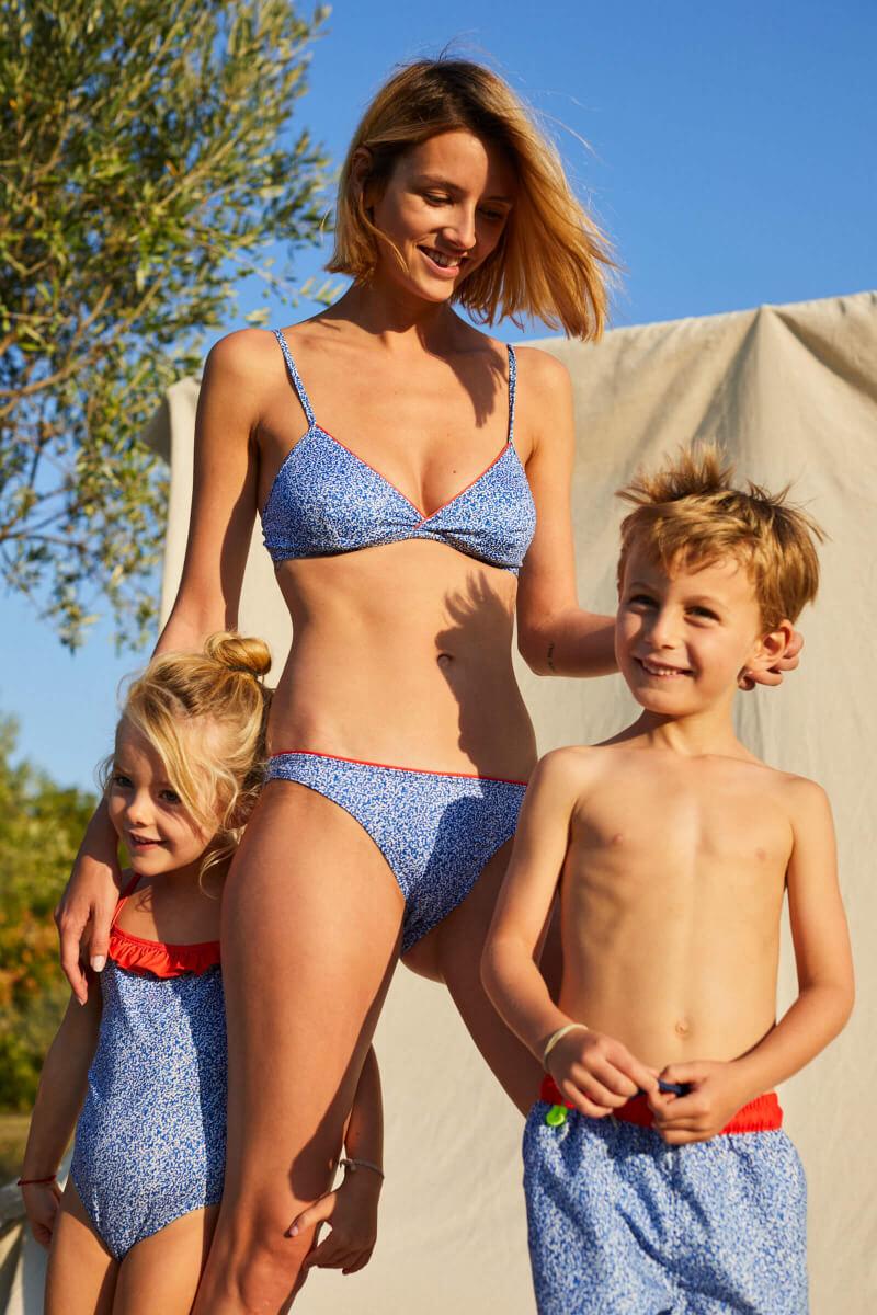 Femme portant un maillot de bain deux-pièces Off the Coast