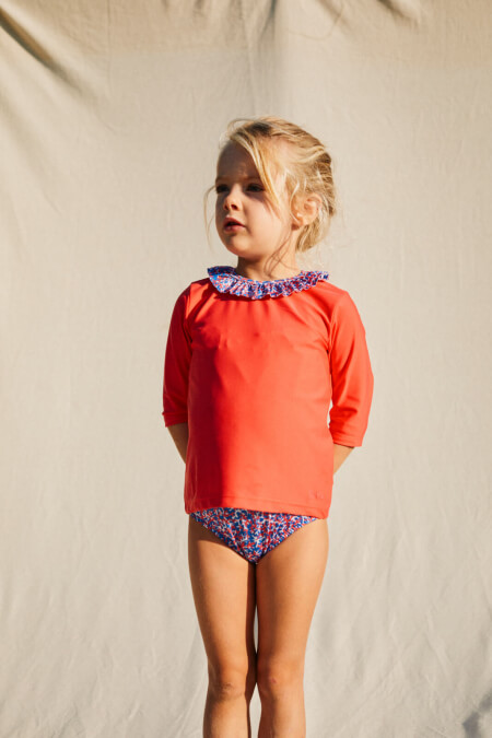 Little girl wearing a Pink Reef anti UV t-shirt