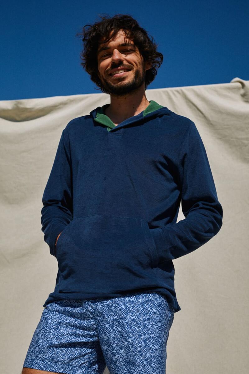 Homme portant un sweat éponge bleu navy
