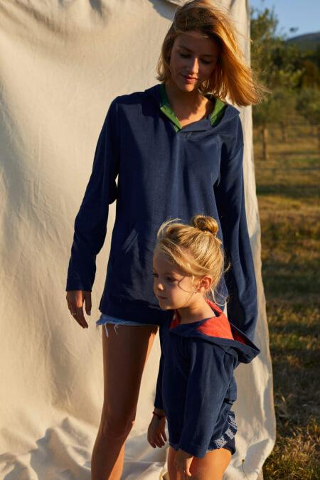 Femme portant un sweat éponge bleu navy