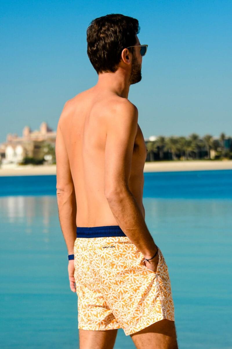 Homme portant un maillot de bain à ceinture élastique  Pâquerettes GILI'S x EMOI EMOI