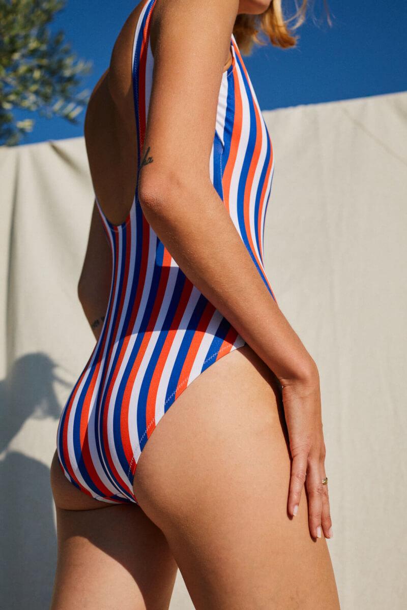 Femme portant un maillot de bain une-pièce La Baule