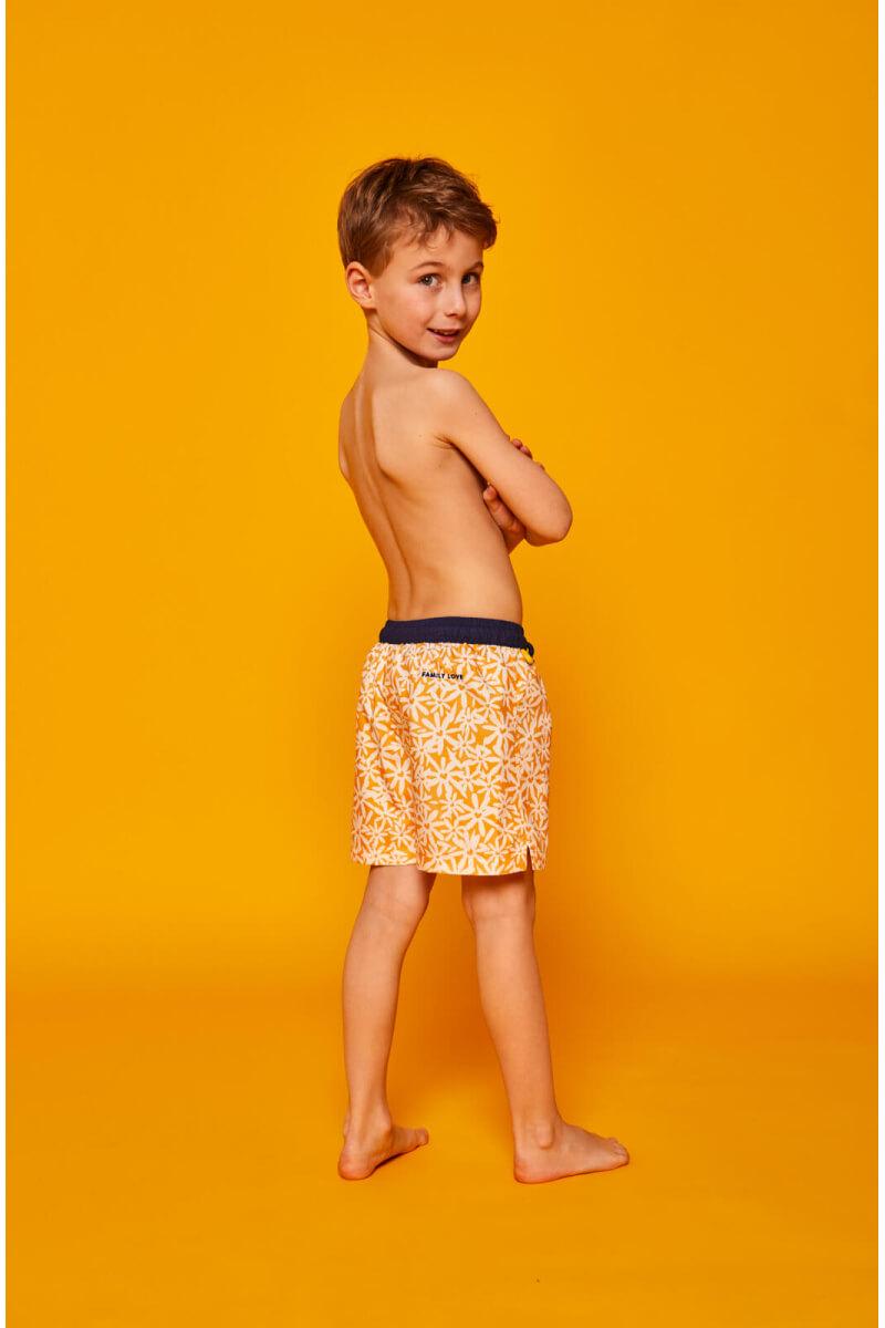 Garçon portant un maillot de bain à ceinture élastique Meno Pâquerettes GILI'S x EMOI EMOI