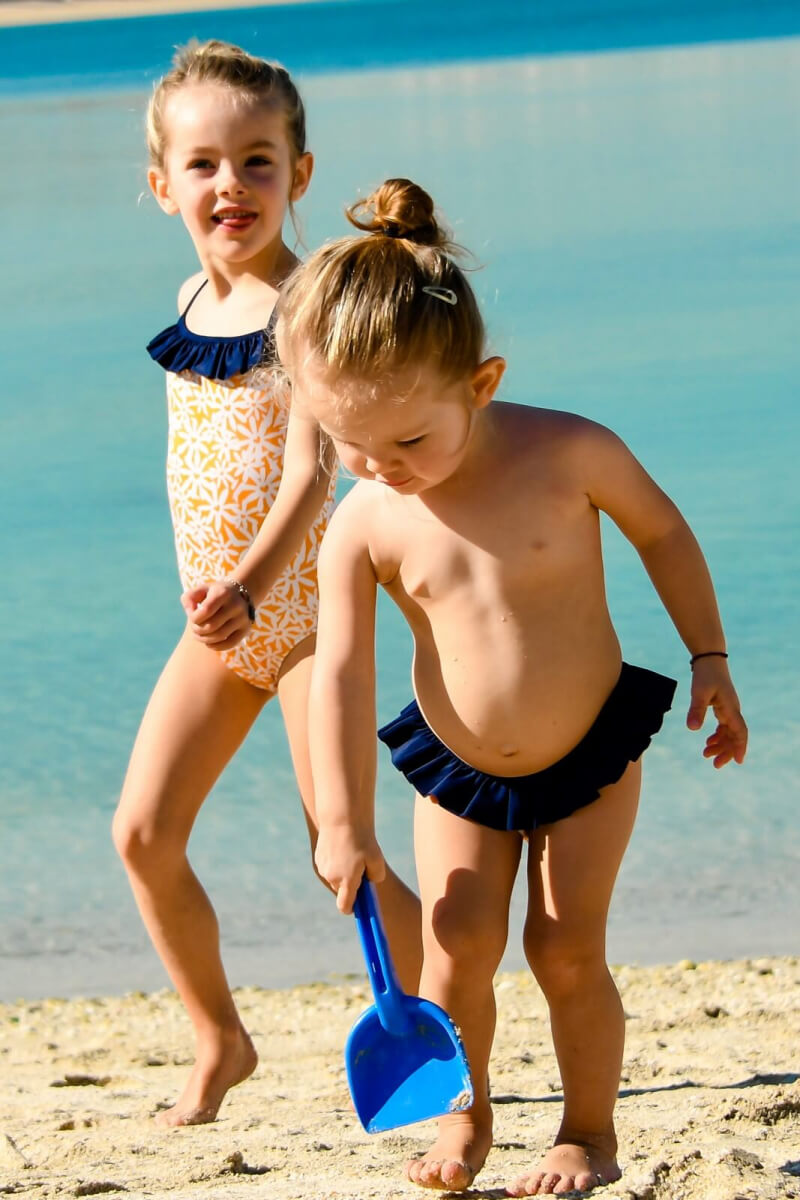 Petite fille portant une culotte de bain Pâquerettes GILI'S x EMOI EMOI