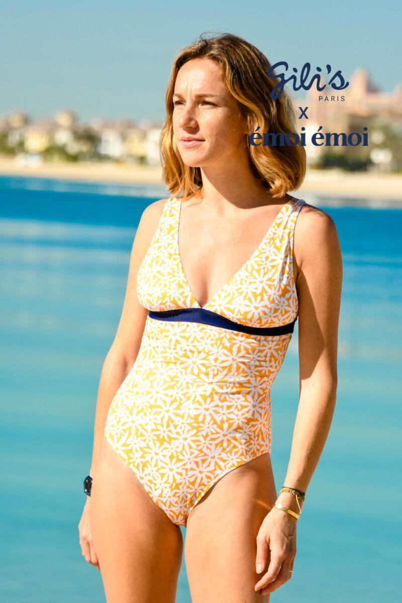 Femme portant un maillot de bain une-pièce Pâquerettes GILI'S x EMOI EMOI