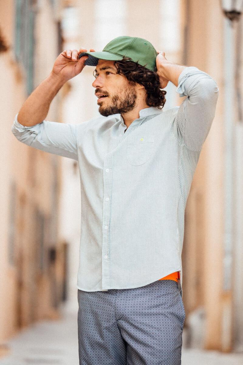 homme portant une chemise col mao rayé kaki